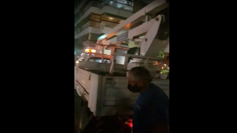 "Insólito: detectaron dos comercios ""colgados"" del alumbrado público en la capital tucumana"
