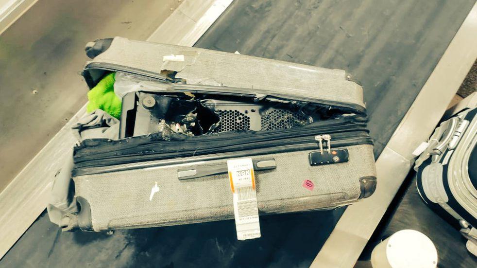 Cómo fue la impactante apertura de la valija de un pasajero que amenazó con una bomba