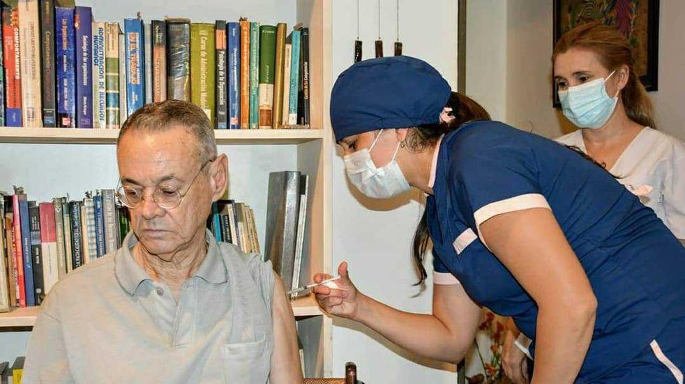 Chaco: Salud vacuna contra el coronavirus en su domicilio a los mayores de 80 años
