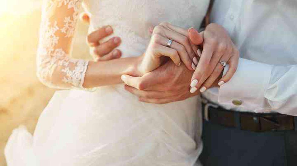 Una pareja decidió casarse a pesar de que la iglesia estaba inundada