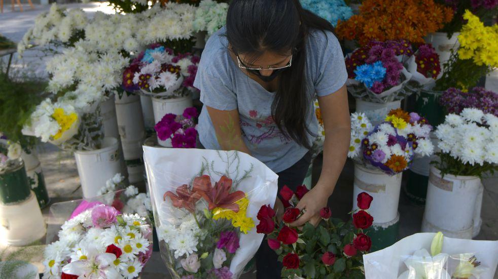 28 Abril 2021 Mendoza - SociedadFloristas en Mendoza. Claudia Soto (35) de tradicion familiar florista, vende en el puesto de la Alameda de MendozaFoto: Orlando Pelichotti / Los Andes