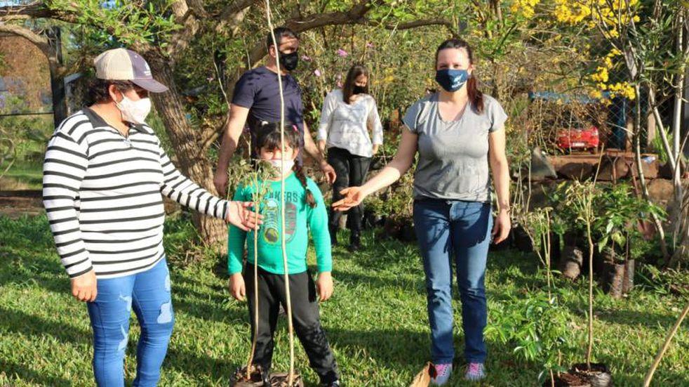 Nueva jornada de plantación arbórea en el barrio Jossi de Eldorado