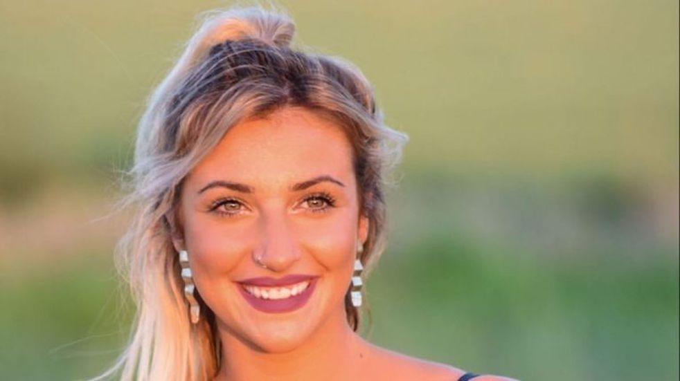 Bianca Iovenitti combate la nostalgia de la cuarentena con un topless en el campo