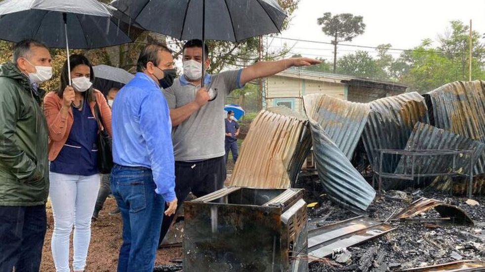 San Antonio: el gobernador Ahuad recorrió la zona de la Escuela Especial N°52 que se incendió totalmente.