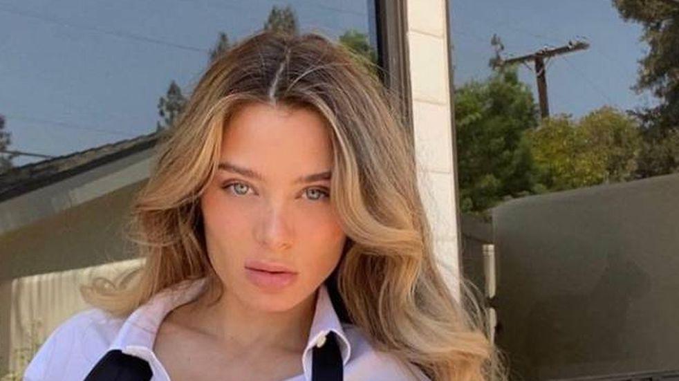 Lana Rhoades, la ex actriz de cine para adultos, posó apenas tapada por una toalla
