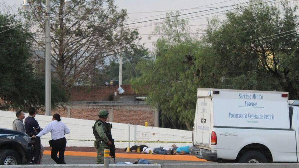 CONTENIDO GRÁFICO EXPLÍCITO***MEX1481. APASEO EL ALTO (MÉXICO),22/05/2020.- Soldados mexicanos resguardan la zona en donde personas fueron atacadas por un grupo armado el pasado 18 de mayo, en el municipio de Apaseo el Alto, estado de Guanajuato (México). La crisis del coronavirus también ha afectado la economía del narcotráfico en México, donde la reducción de espacios de oferta y la disrupción de las cadenas han llevado a los cárteles a diversificar sus operaciones, lo que exacerba la violencia en el país. EFE/Str