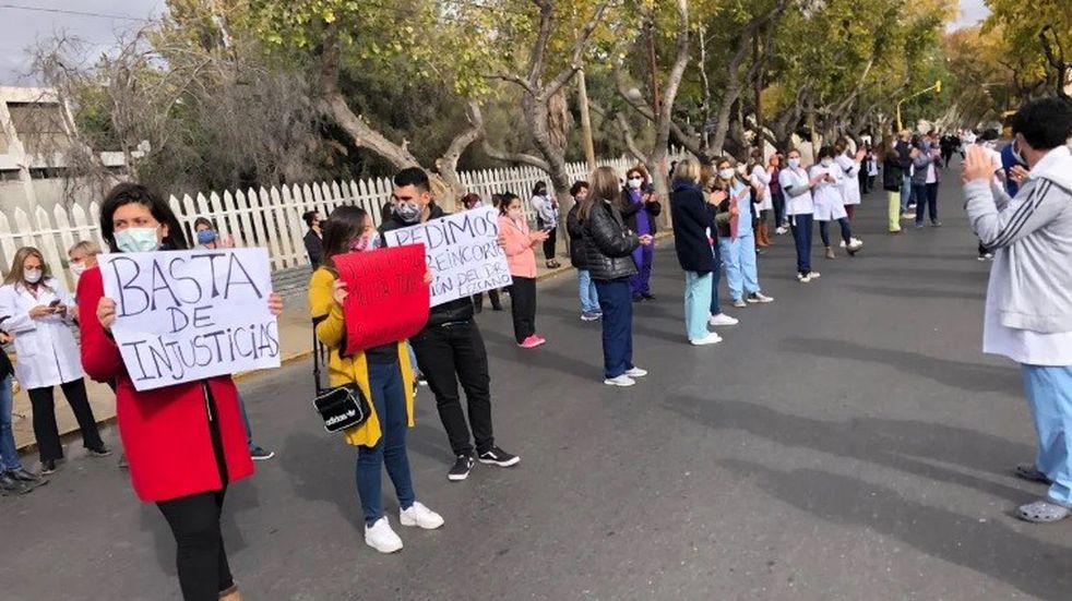 Los médicos del Hospital Rawson marcharon por sus jefes despedidos