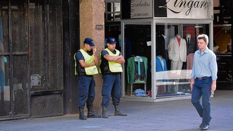 Comerciantes céntricos advierten que en algunas zonas roban diez celulares por día