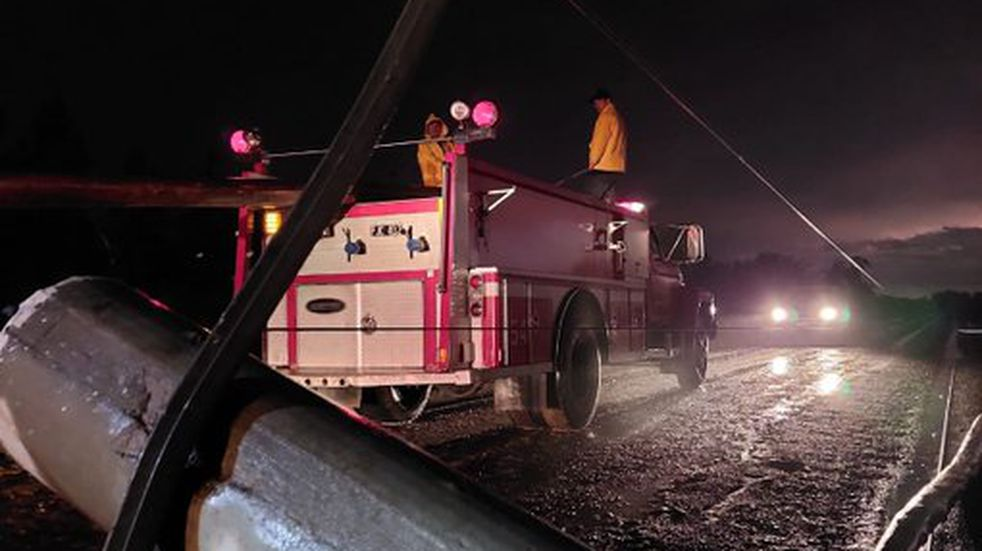 Se registró la caída de postes que sostenían cableados de media y alta tensión.