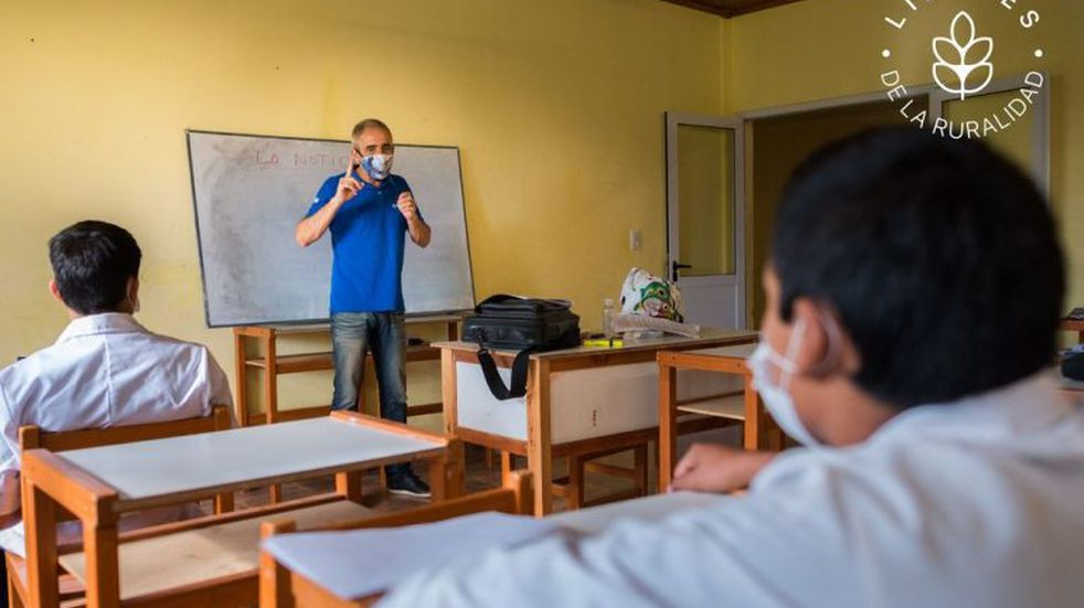 Premian a maestro rural correntino que da clases a sus alumnos por un radio FM