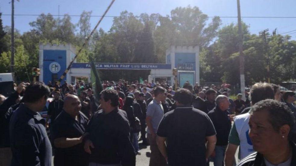 Personal de la Fábrica Militar de Fray Luis Beltrán se manifestó en contra de los despidos