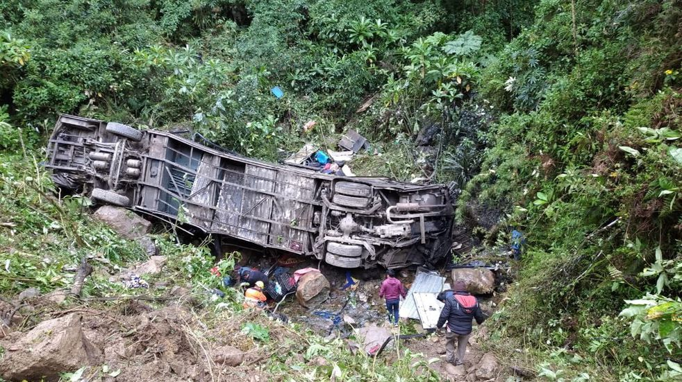 Bolivia: un colectivo cayó de un precipicio en Cochabamba y murieron al menos 21 personas