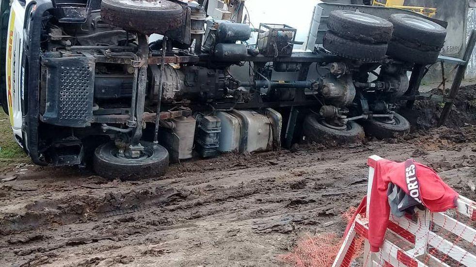 Un camión perdió el control y termino volcado en una vivienda