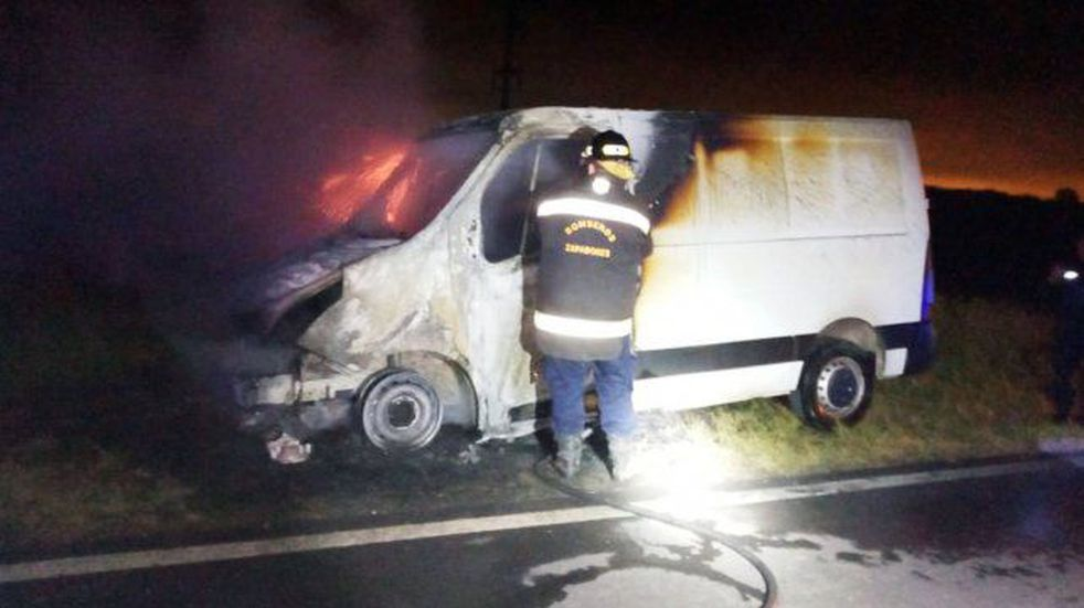 Los Bomberos Zapadores confirmaron que la camioneta quedó inutilizable.