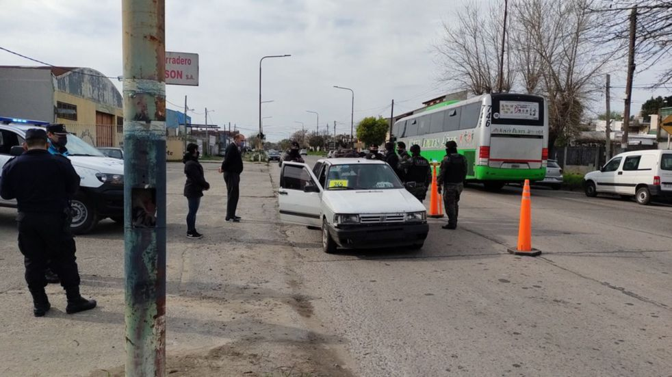 PASO 2021: detuvieron a un hombre que estaba prófugo por homicidio cuando fue a dejar boletas a un colegio de La Plata