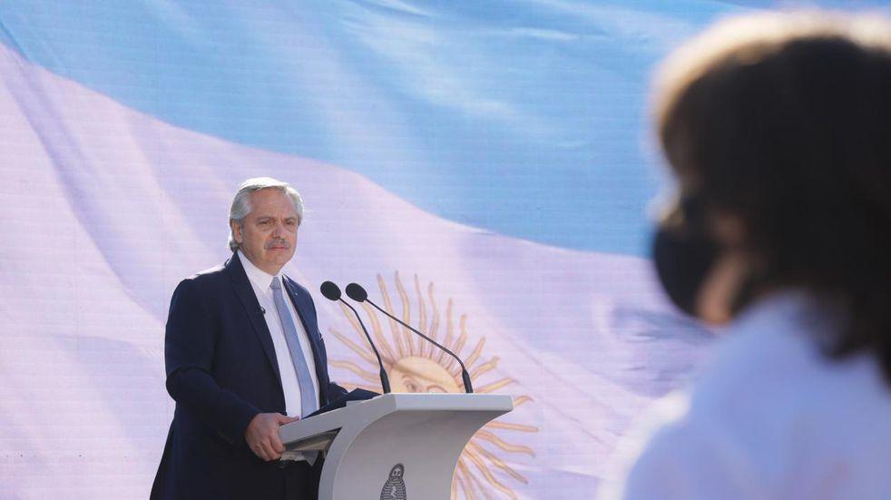 """Alberto Fernández encabezó el acto por el Día de la Bandera y prometió """"cerrar los abismos que nos separan"""""""