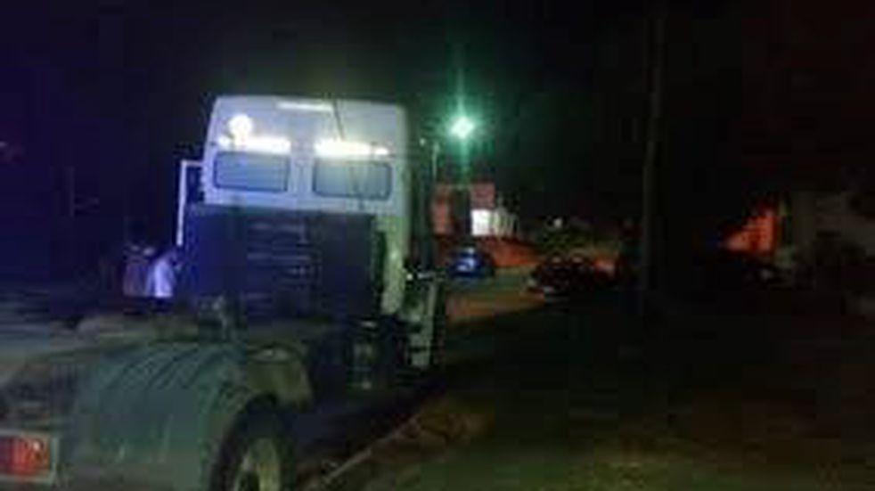 Quiso robar un camión y terminó chocando un vehículo  estacionado