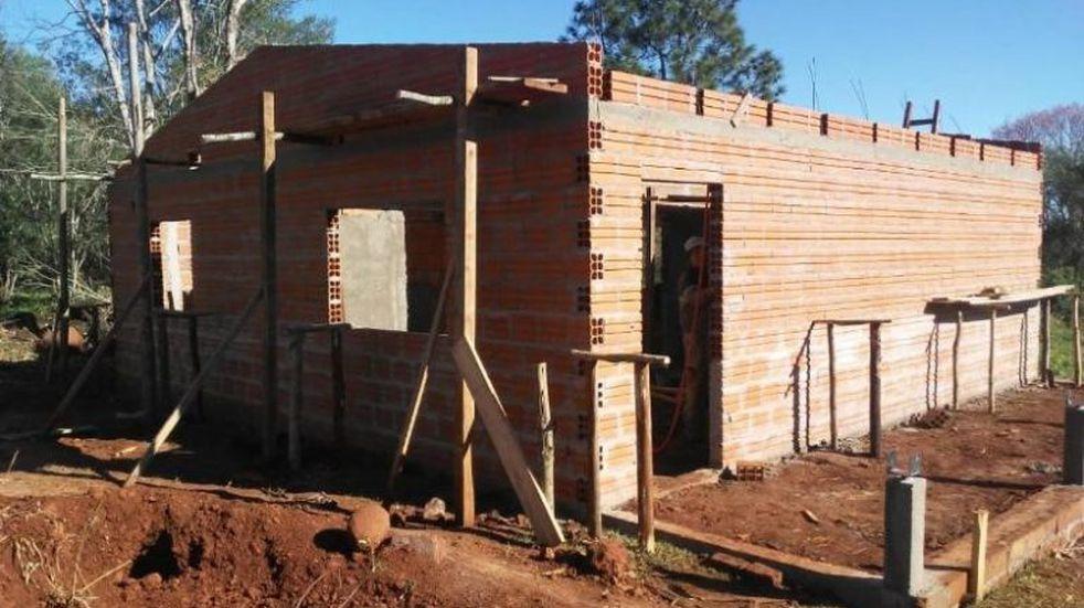 Campo Ramón: vecinos construyeron una casa para una familia que fue víctima de un incendio