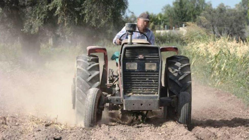 Un agricultor se descompensó y murió aplastado por un tractor