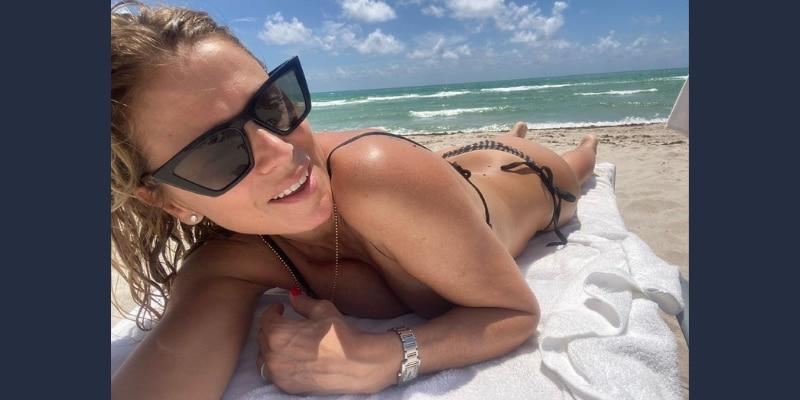 Flavia Palmiero desde la playa.
