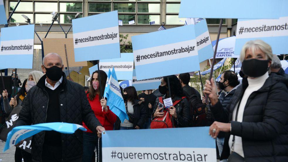 Trabajadores de los shoppings protestaron frente al Abasto y reclamaron la reapertura de los centros comerciales