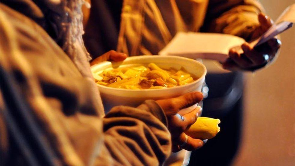 Un grupo de mendocinos ayuda a personas en situación de calle con comida y abrigo