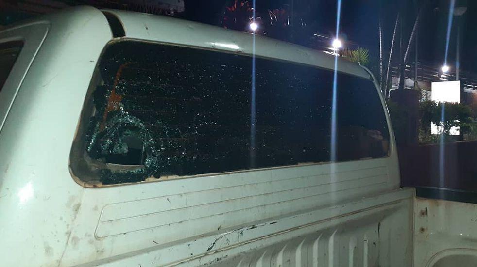 Además de lesionar a los policías, los violentos dañaron los móviles.