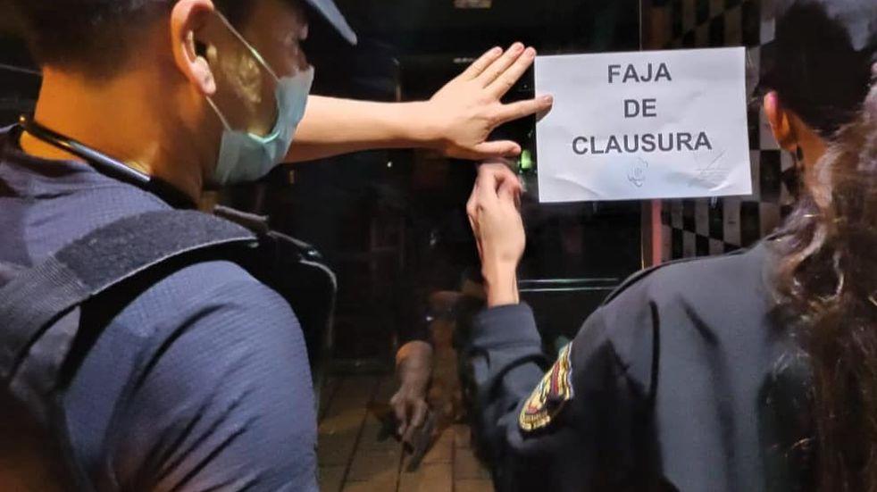 Clausuraron tres bares y desarticularon una fiesta clandestina