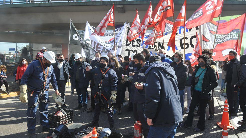 Protesta de trabajadores despedidos en Puente Pueyrredón: levantaron el corte luego de más de ocho horas