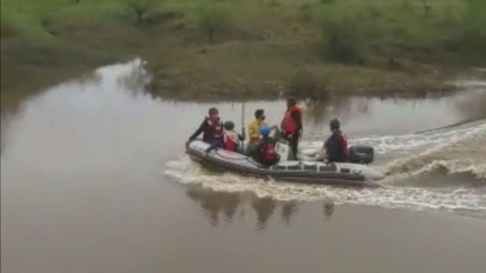 Departamento San Salvador: intensa búsqueda de un joven que fue arrastrado por la correntada