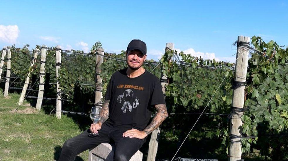 Marcelo Tinelli, junto a su hijo y amigos, disfruta del sol y vino mendocino