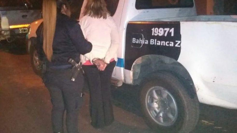 Una mujer fue detenida por intentar cambiar mil dólares falsos
