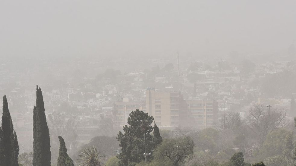 Viento fuerte y  tormenta de tierra sobre la ciudad de cordoba. (Pedro Castillo /La Voz)