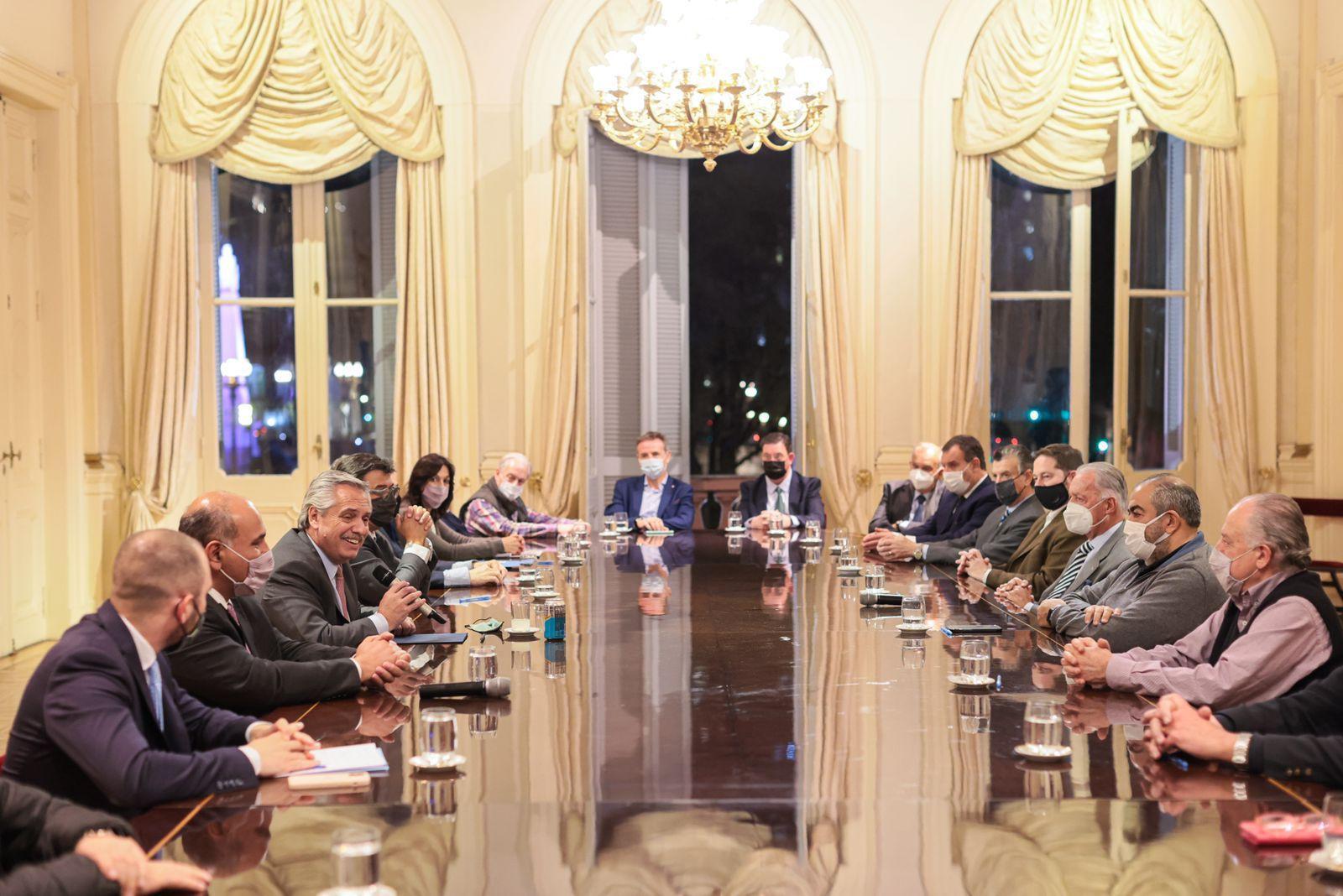 El presidente Alberto Fernández encabezó esta tarde en la Casa Rosada la firma del acta acuerdo para un nuevo aumento del Salario Mínimo, Vital y Móvil (SMVM)