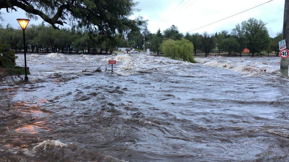 Impactantes imágenes de las crecientes en los ríos Los Chorrillos y San Antonio circulan por las redes sociales