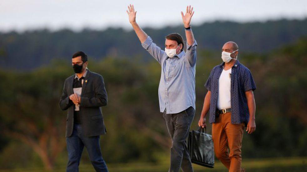 Enfermo de coronavirus, Bolsonaro recibió a simpatizantes en la residencia presidencial