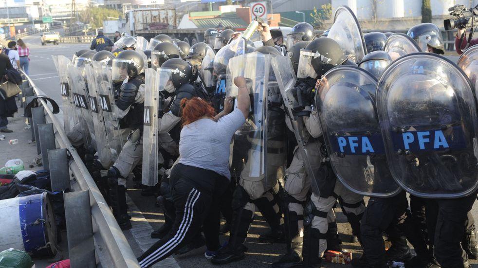 El corte en el Puente Pueyrredón terminó con incidentes entre la policía y manifestantes