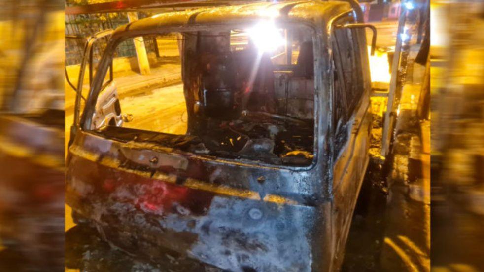 Alta Córdoba: le quemaron el auto en la puerta de su casa