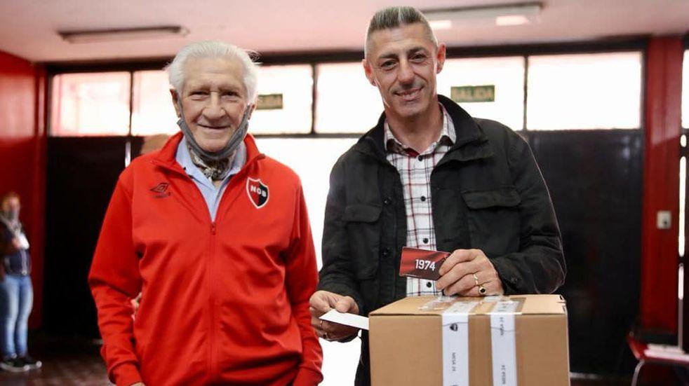 Cristian D'Amico, a la derecha, votando en las últimas elecciones en Newell's. (@Frenteryn)