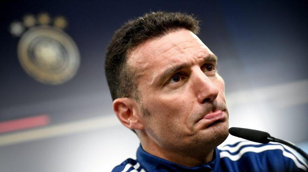 Lionel Scaloni se tropezó al patear una pelota en el entrenamiento de la Selección