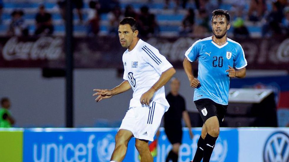 Maxi Rodríguez jugó y anotó en el partido despedida de Diego Forlán