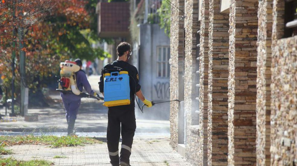 En La Plata desinfectaron veredas y viviendas contra el Covid-19