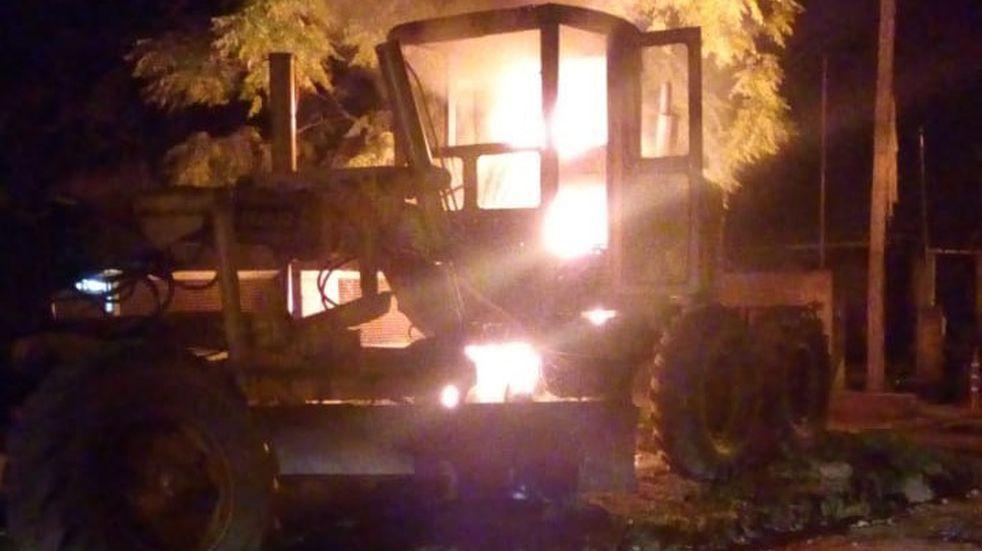 Barrio La Perla: se incendió por completo una maquinaria vial