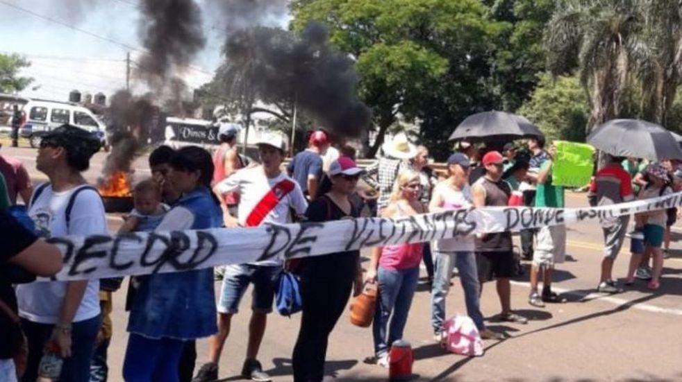 Vecinos cortan el acceso a Puerto Iguazú por falta de agua