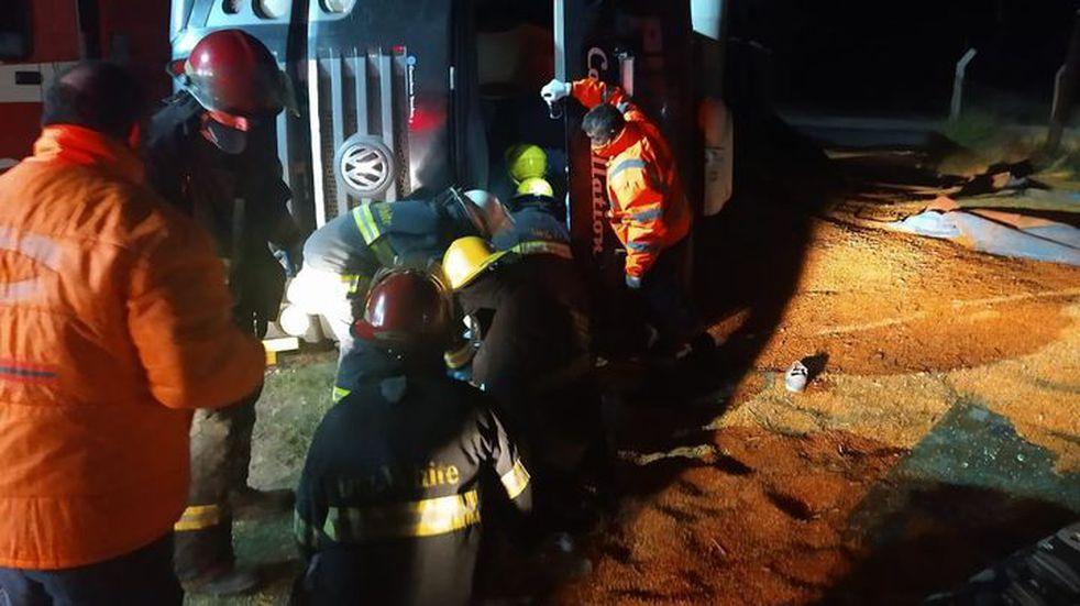 Bahía: volcó un camión y el chofer quedó atrapado en la cabina