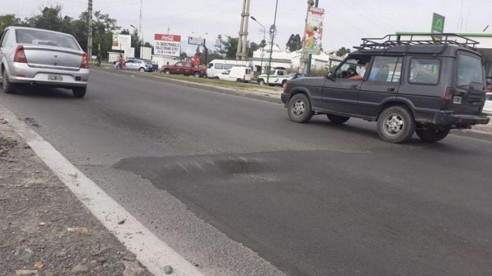 Un pozo complica el tránsito en la avenida Paraguay