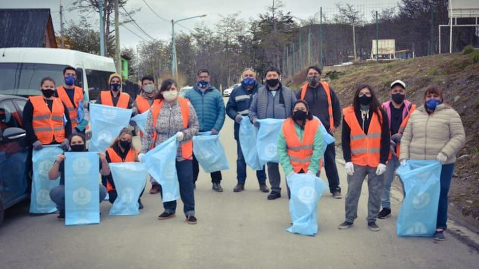 La Municipalidad de Ushuaia llevó adelante una jornada de limpieza integral del barrio El Jardín, en la que participaron personal de distintas áreas municipales y vecinos y vecinas del sector, que fueron quienes propusieron la actividad.