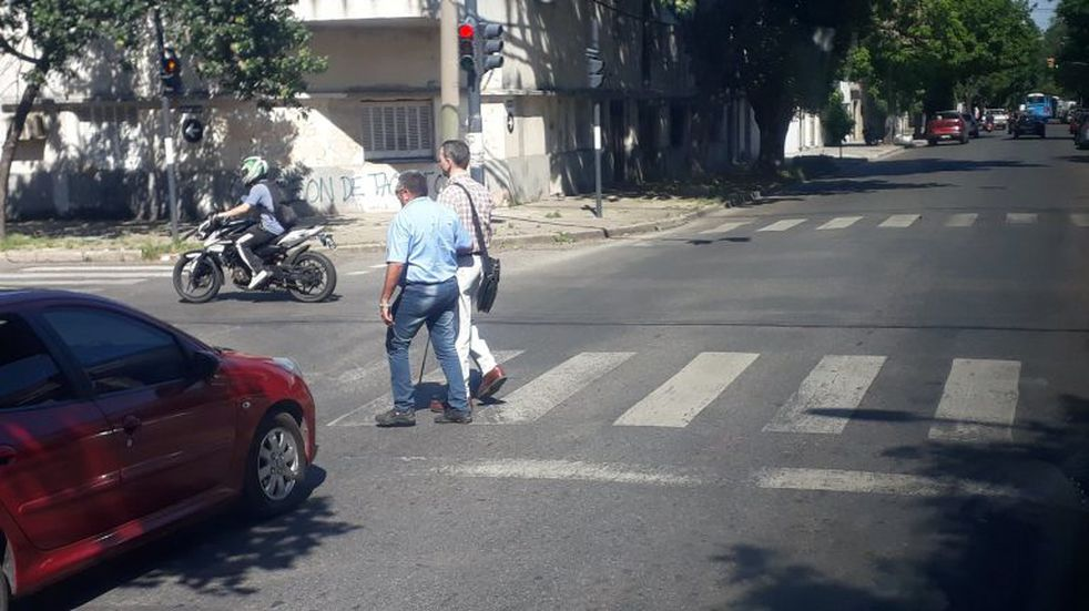 El chofer viral del 116: paró el colectivo y se bajó para ayudar a un ciego a cruzar la calle
