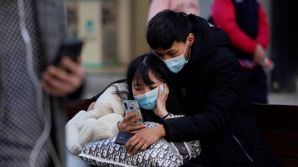 Ciudadanos de Wuhan, provincia china de Hubei, se protegen con mascarillas ante un posible rebrote del coronavirus en el país.