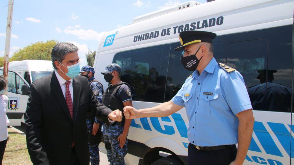 El Gobierno del Chaco entregó siete minibuses y chalecos antibalas a agentes de la Policía del Chaco
